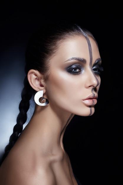 Творческий макияж на лице женщины Premium Фотографии