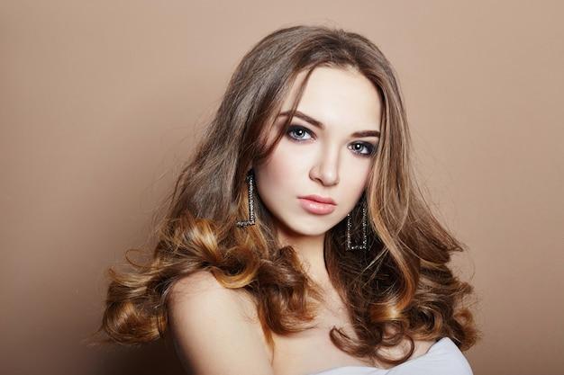 セクシーな若いブロンドの女の子の髪の宝石のイヤリング Premium写真