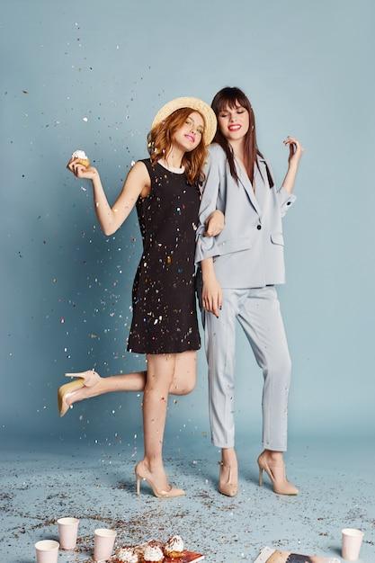 女性は笑って楽しんでホリデーパーティーを祝う Premium写真
