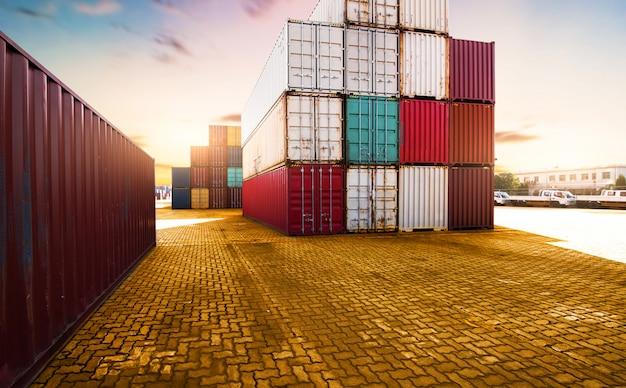 コンテナ、輸出入におけるコンテナ船、および物流 Premium写真