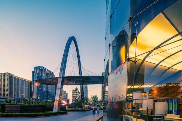 Бангкок ночной вид с небоскребом в деловом районе в бангкоке, таиланд Premium Фотографии