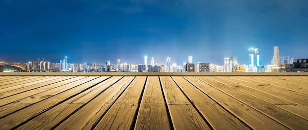 夕暮れの杭州の街並みと空の木の床 Premium写真