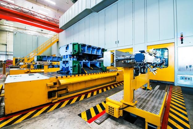 自動車工場のロボット溶接 Premium写真