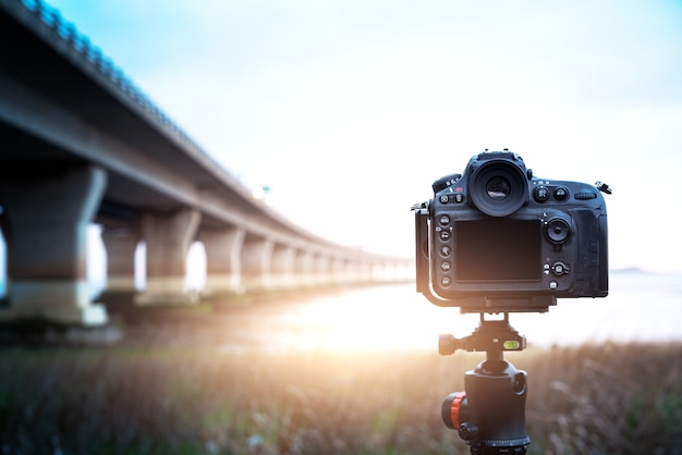 Цифровая камера ночной вид на город Premium Фотографии