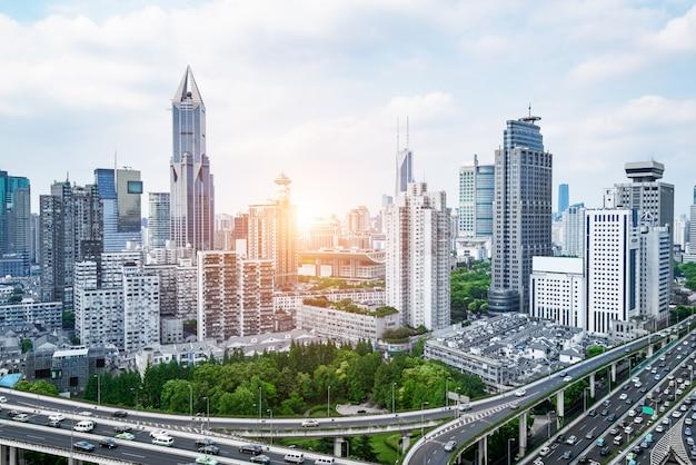 上海のスカイライン、モダンな交通背景とパノラマの街道の陸橋 Premium写真