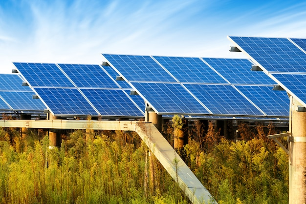 Фотоэлектрические панели для производства электроэнергии из возобновляемых источников, наварра, арагон, испания. Premium Фотографии