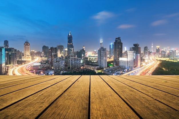 Повышенный взгляд транспортной развязки в шанхае, китае. аэрофотоснимок путепровод ночью, шанхай, китай. Premium Фотографии