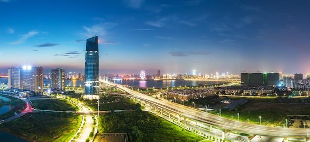 Шанхайская транспортная развязка и надземная дорога в сумерках Premium Фотографии