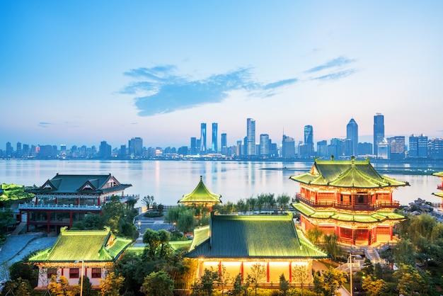 夜の南昌天光館は、中国の有名な古代の建物の一つです Premium写真