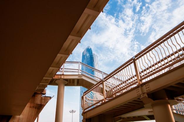パノラマのスカイラインと空のコンクリートの正方形の床の建物 Premium写真