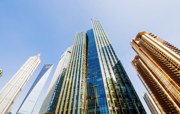 Аэрофотоснимок центрального делового района шанхая с высокой плотностью. высотные офисные здания и небоскребы со стеклянной поверхностью. городские дороги с несколькими полосами движения и зеленый городской парк. шанхай, китай Premium Фотографии