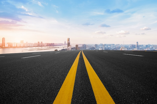 アスファルト道路と近代都市 Premium写真