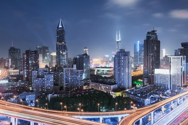 中国上海の道路ジャンクションの立面図。夜の高架空撮、中国上海。 Premium写真