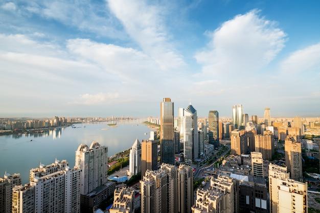 Шанхайский бунд с утренним свечением, красивый современный город, китай Premium Фотографии