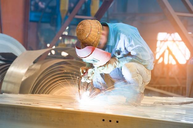 金属を切断する労働者 Premium写真