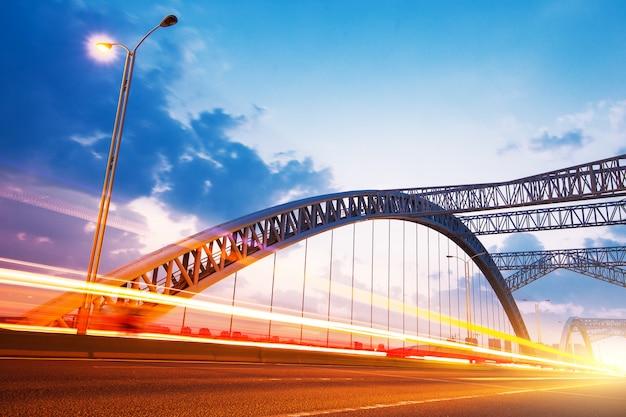 Ночь современного моста Premium Фотографии