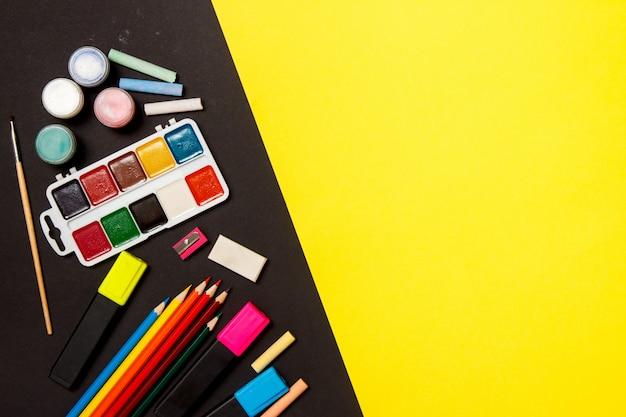 教育と学校のコンセプトに戻る黄色の背景上に描画するための学用品。平面図、平面レイアウト。 Premium写真
