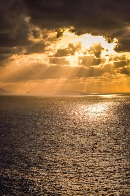 マチチャコ灯台からガステルガチェへの見事な景色。 Premium写真