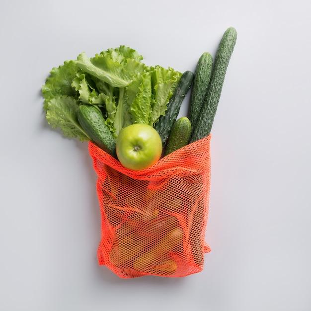 Современная сетчатая сумка с зелеными овощами. ноль отходов. Premium Фотографии