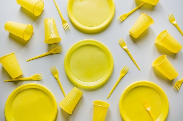 灰色の使い捨ての黄色いピクニック用具。 Premium写真