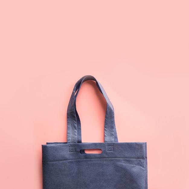 Синяя текстильная сумка для покупок без отходов на розовый. Premium Фотографии