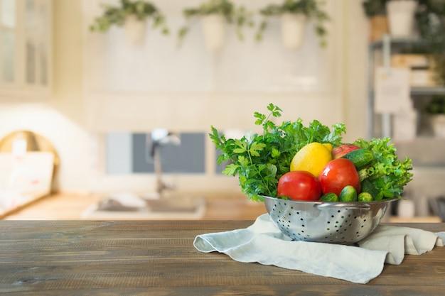 卓上に野菜とぼやけキッチン。設計のためのスペース。 Premium写真
