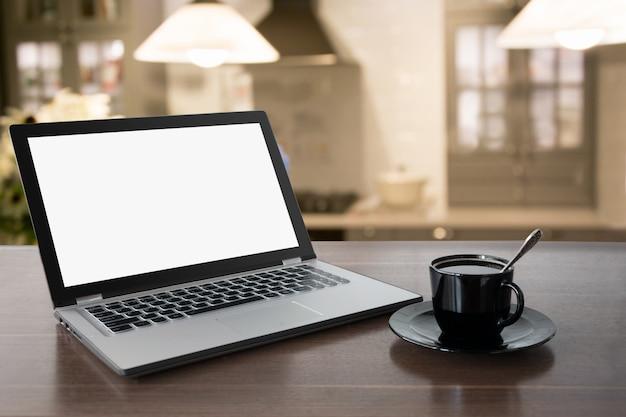 Компьтер-книжка с пустым экраном с кофе на столешнице. работа на дому. перерыв на кофе. образование. электронное обучение. Premium Фотографии