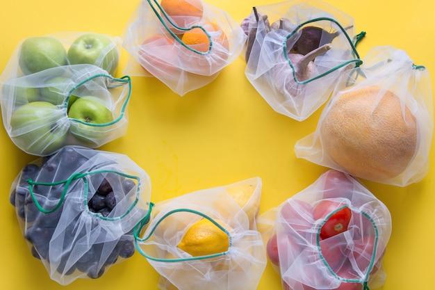 メッシュバッグの果物と野菜。 Premium写真