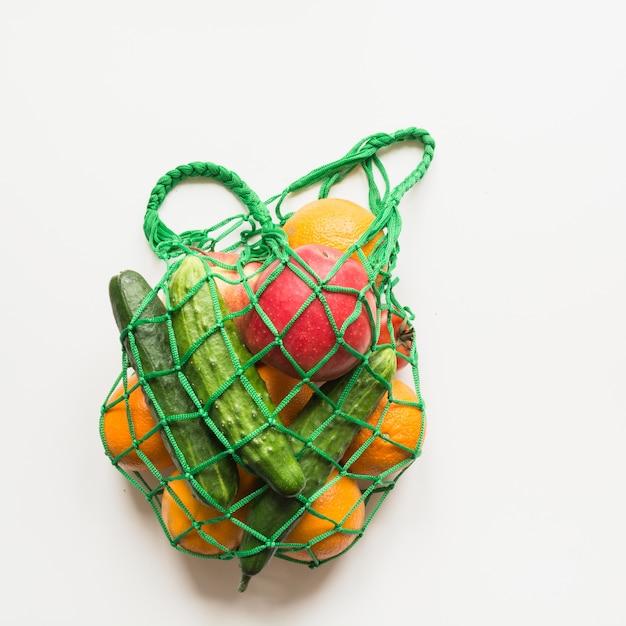 Зеленый торговый текстильная сумка с продукцией. Premium Фотографии