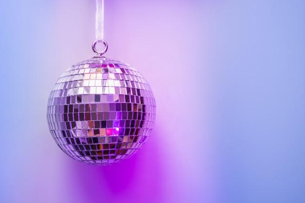 Рождественский диско-шар на неоновый розовый и синий. Premium Фотографии