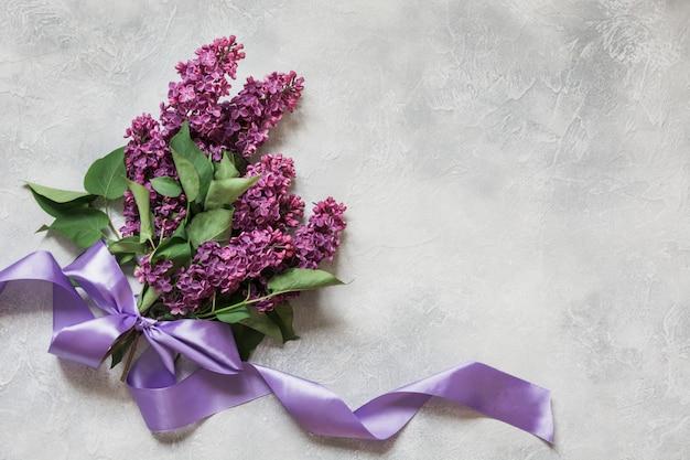Букет из фиолетовой сирени на светлом столе в виде сверху Premium Фотографии