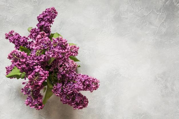 Букет из фиолетовой сирени на светлом столе Premium Фотографии