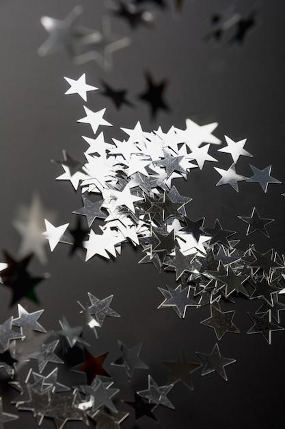 Серебряные звезды блестят. праздничная праздничная концепция. Premium Фотографии