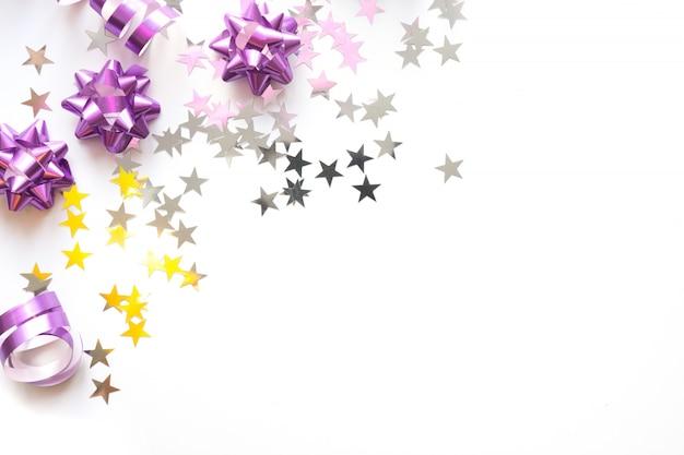 シルバーとピンクのパステルカラーの装飾、ボール、見掛け倒し、星、白い背景の上のキラキラのクリスマスフレーム。クリスマス。平干し。コピースペースのトップビュー Premium写真