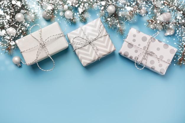 Рождественская композиция с еловыми ветками и белыми подарочными коробками Premium Фотографии