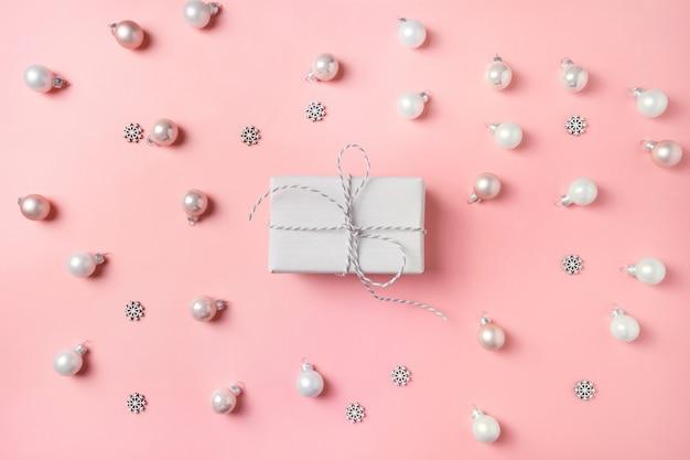 ピンクの白いボールとクリスマスギフトボックス。上面図。クリスマス。明けましておめでとうございます。 Premium写真