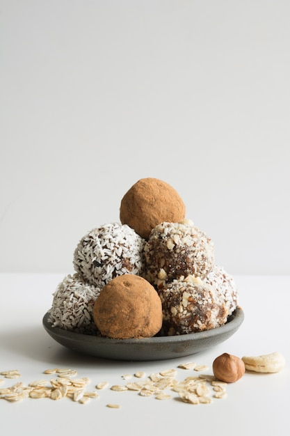 カカオ、ココナッツと自家製エネルギーボール。子供やビーガンの健康食品、お菓子の代用。 Premium写真