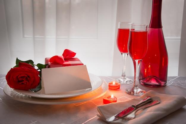 Праздничный ужин с красной розой и вином. день святого валентина. Premium Фотографии