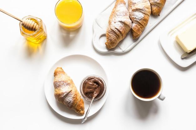 焼きたてのクロワッサンと一杯のコーヒー。フランスの朝食 Premium写真