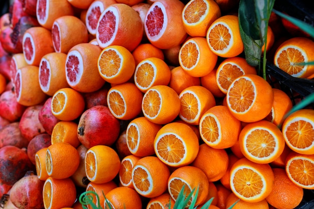 熟したジューシーなザクロ、みかん、オレンジは、イスタンブール通りの果物屋のカウンターで販売されています。 Premium写真