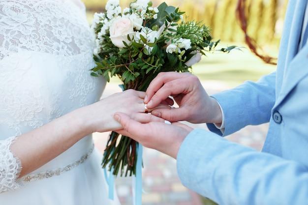 男は女性に指輪をかけます。年配のカップルの手。あなたの心を愛で満たしてください。何も怖くない。 Premium写真