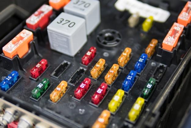 車の電気技師が車、色付きヒューズを修理 Premium写真