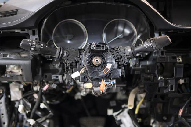 車の分解自動車電気技師 Premium写真