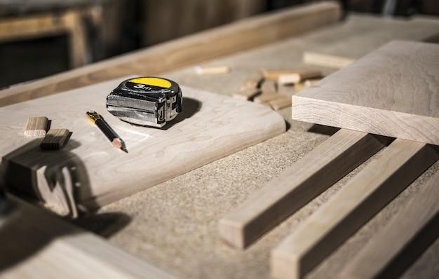 Карандаш и рулетка, деревянные заготовки Premium Фотографии