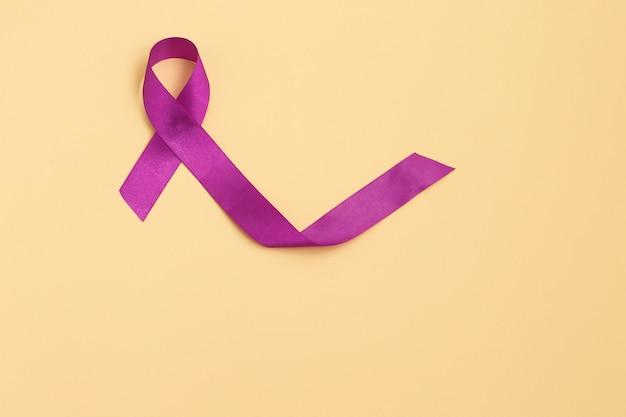 コピースペースの背景、アルツハイマー病、膵臓癌、てんかんの意識、ホジキンの調子を整える紫のリボン Premium写真