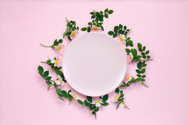 ピンクのバラの花で作られたフレーム Premium写真