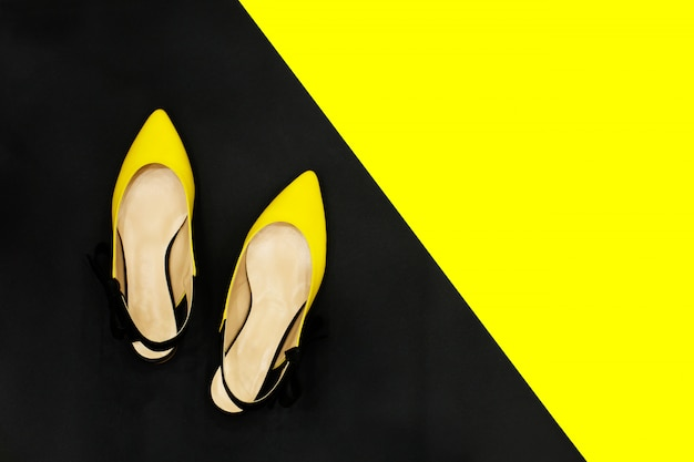 夏の黄色と黒の靴販売コンセプト Premium写真