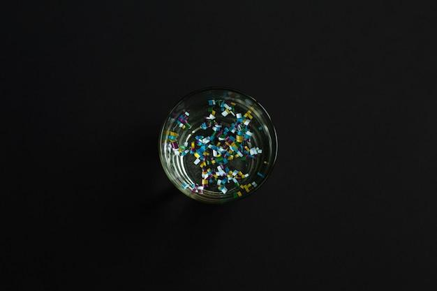 Микропластик в стакане воды Premium Фотографии
