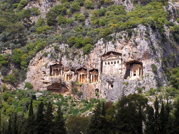 Знаменитые ликийские гробницы древнего города каунос, далян, турция Premium Фотографии