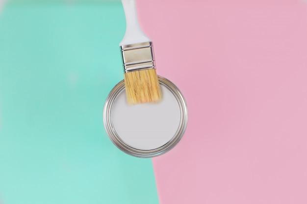 Открыть можно с белой краской и кистью на мятном и розовом фоне пастель. Premium Фотографии